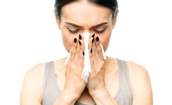Pod ovim nazivom podrazumevaju se akutne zapaljenske promene sluznice nosa i paranazalnih šupljina, koje se najčešće javljaju sezonski a uzrokovani su obično virusima i bakterijama. Od značaja je rashlađivanje i razlike u temperaturama.